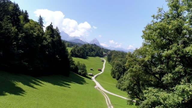 vídeos de stock, filmes e b-roll de wetterstein cordilheira e wamberg vila na baviera - montanha zugspitze