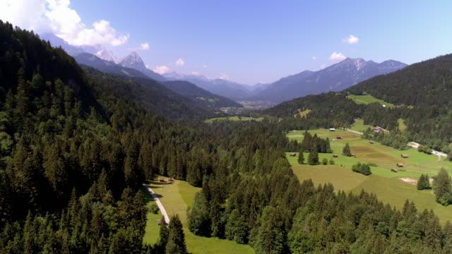 vídeos de stock, filmes e b-roll de montanhas wetterstein e garmisch-partenkirchen nos alpes bávaros - montanha zugspitze