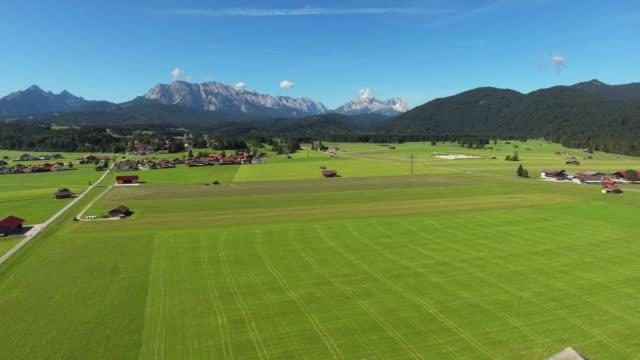 vídeos de stock, filmes e b-roll de montanhas wetterstein e zugspitze do norte - montanha zugspitze