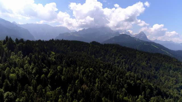 vídeos de stock, filmes e b-roll de montanhas wetterstein do leste - montanha zugspitze