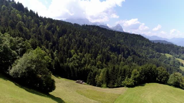 vídeos de stock, filmes e b-roll de montanhas de wetterstein nos alpes bávaros - montanha zugspitze
