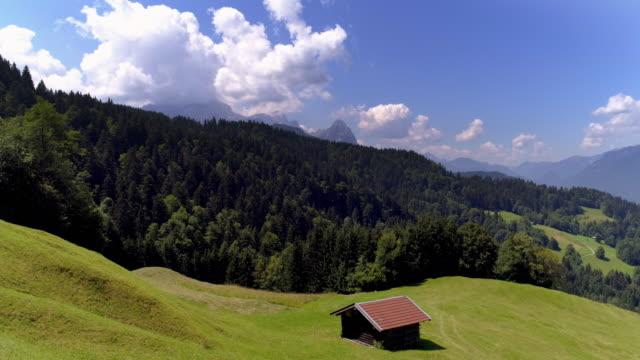 vídeos de stock, filmes e b-roll de montanhas de wetterstein perto de garmisch partenkirchen nos alpes bávaros - montanha zugspitze