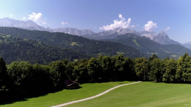 wettersteingebirge mit zugspitze gesehen von alm - schotterstrecke stock-videos und b-roll-filmmaterial
