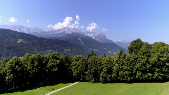 vídeos de stock, filmes e b-roll de montanhas wetterstein com zugspitze vista do pasto alpino - montanha zugspitze