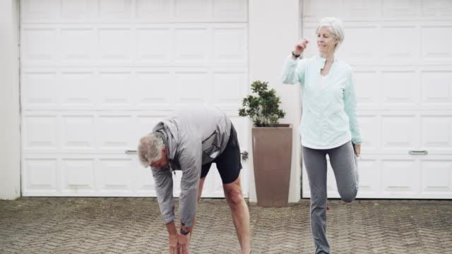 vídeos de stock, filmes e b-roll de sempre vivemos um estilo de vida saudável e ativo - esticando