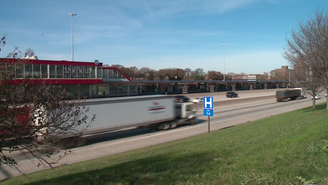 vidéos et rushes de wgntraffic on the i94 express and the dan ryan expressway that runs parallel to chicago's sox/35th street red line stop on nov 20 2017 - métro de chicago
