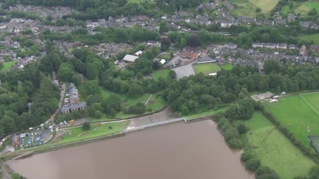 vídeos de stock e filmes b-roll de air views of damaged dam and raf chinook helicopter lowering sandbags england derbyshire near whaley bridge toddbrook reservoir views / aerials... - baixar