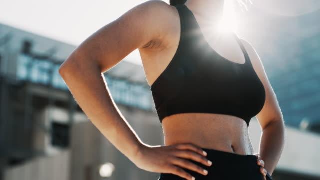 vidéos et rushes de quelle journée pour une séance d'entraînement - femme soumise