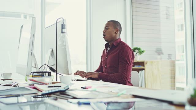 was für ein guter tag ist es entpuppt sich im büro - employee engagement stock-videos und b-roll-filmmaterial