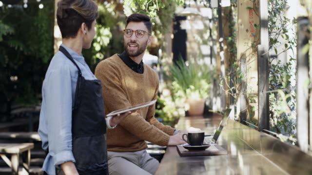 vídeos de stock e filmes b-roll de what can i get you to go with your coffee? - empregada de mesa