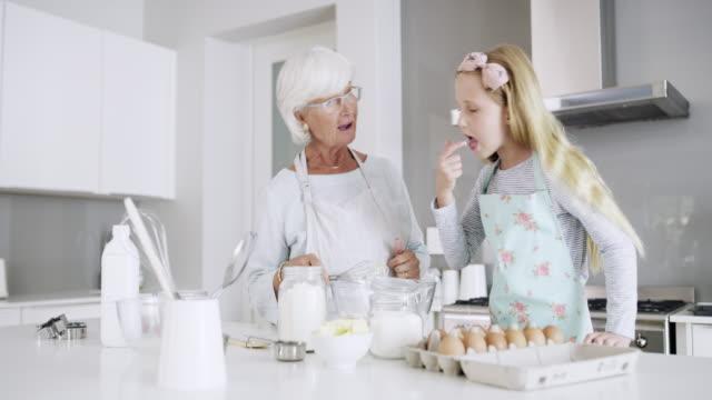 vidéos et rushes de qu'est-ce qu'on a besoin? - grand mère