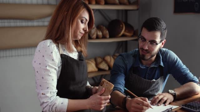 vídeos y material grabado en eventos de stock de ¿qué más es necesario para el perfecto pan? - pareja de mediana edad