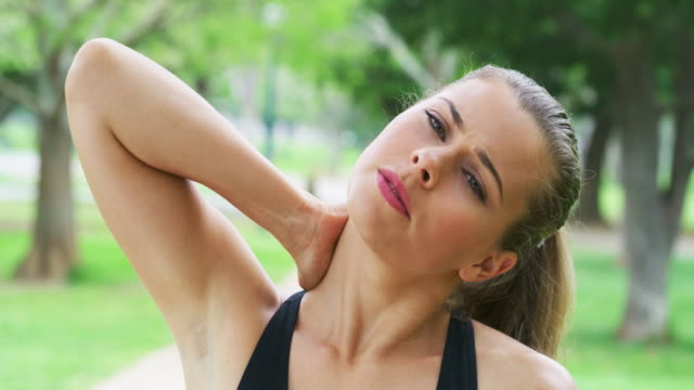 vídeos de stock e filmes b-roll de what happened to my workout? - dor no pescoço