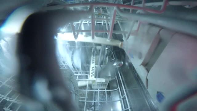 was geschieht im inneren der spülmaschine - spülmaschine stock-videos und b-roll-filmmaterial