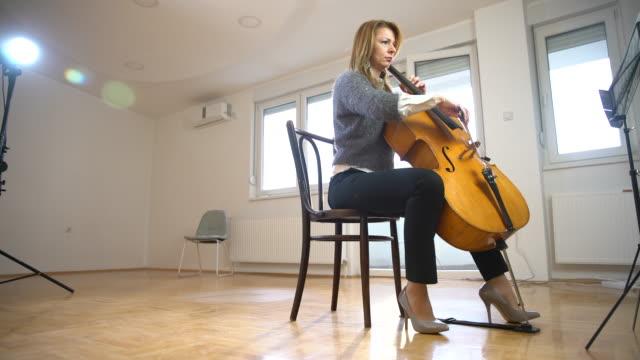 vidéos et rushes de ressemble à ce que ma pratique de violoncelle - violoncelle