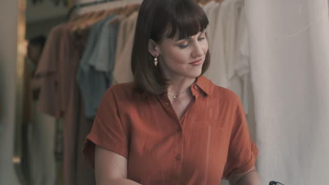 vídeos de stock e filmes b-roll de what was once a dream is now a reality - loja de roupa