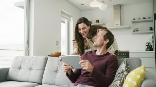 vidéos et rushes de ce que tu fais? - jeune couple