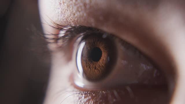 quello che prova la tua anima, i tuoi occhi dicono - occhi marroni video stock e b–roll