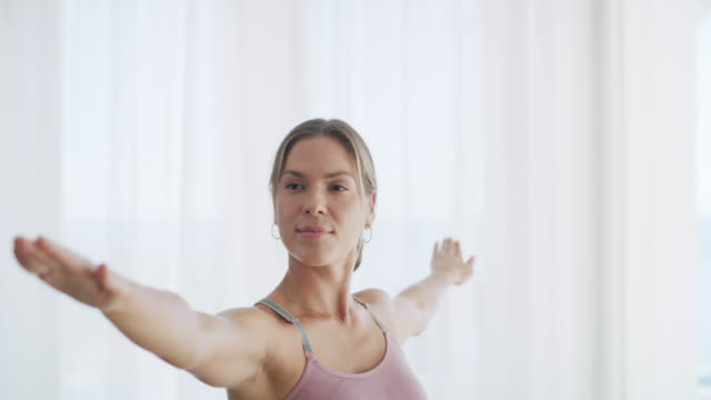 was auch immer die frage ist, yoga ist die antwort - pilates stock-videos und b-roll-filmmaterial