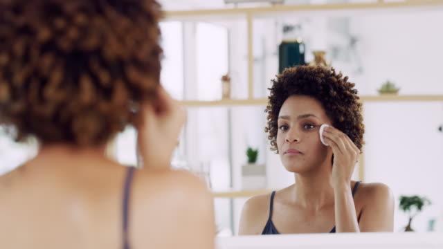 vídeos de stock e filmes b-roll de what's a beauty routine without toner? - maquilhagem