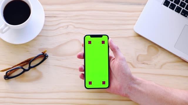 vidéos et rushes de ce qui est un entrepreneur sans son smartphone? - attraper
