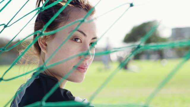 vídeos de stock, filmes e b-roll de o que é a vida sem um objetivo? - jogador de futebol