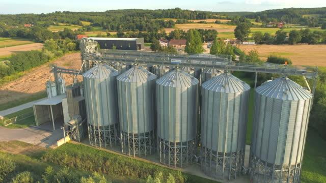 stockvideo's en b-roll-footage met ws tarwe velden omliggende agrarische silo's, slovenië - silo