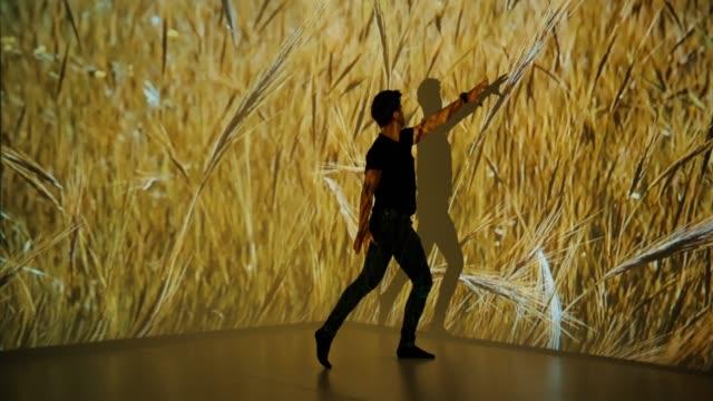 weizen-projektion auf ein tänzer - projektion stock-videos und b-roll-filmmaterial