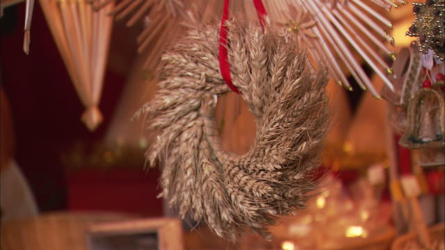 stockvideo's en b-roll-footage met cu wheat wreath for sale at christkindlesmarkt (christmas market) / nuremberg, bavaria, germany - krans