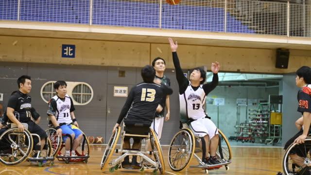 wheel chair basket ball - 障がい点の映像素材/bロール
