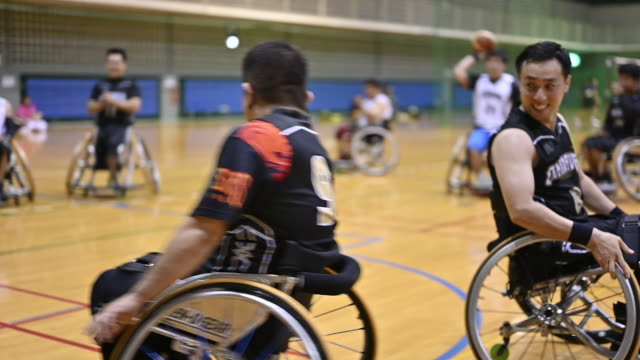 vídeos de stock, filmes e b-roll de wheel chair basket ball - esporte de equipe