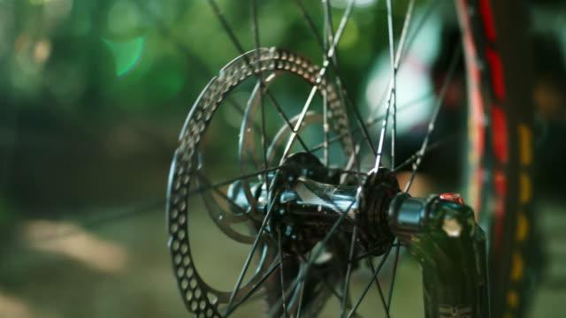 vídeos de stock e filmes b-roll de super slo mo wheel of a mtb spinning around - acidente conceito
