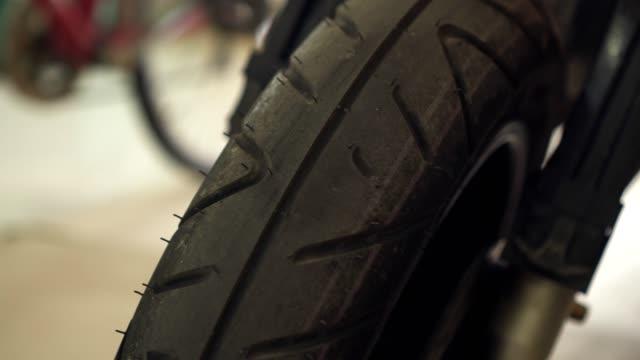 rad des motorrads - motorradfahrer stock-videos und b-roll-filmmaterial