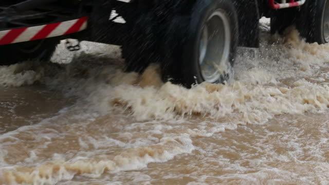 水のしぶきで実行しているトラックのホイール。 - 自然災害点の映像素材/bロール