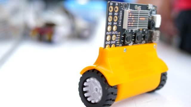 vídeos de stock, filmes e b-roll de robô de teste de volante - controle
