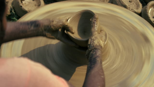 vidéos et rushes de wheel throwing of round ceramic ware / kannauj, uttar pradesh, india - céramique