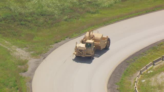 vidéos et rushes de ws ts aerial pov wheel tractor-scraper moving on road for test driving at caterpillar plant / decatur, illinois, united states - essai de voiture