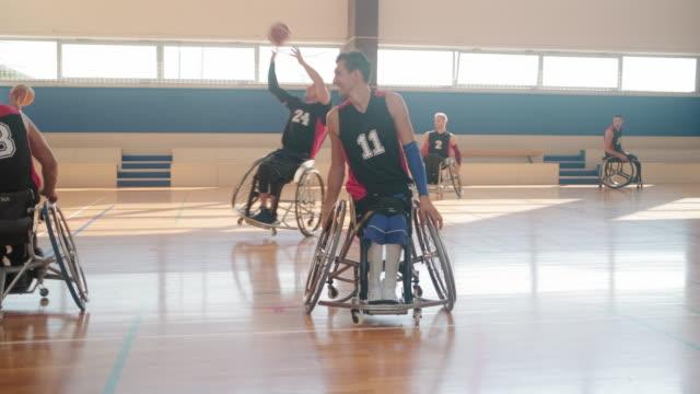 競技前に車いすバスケットボールチームがウォーミングアップ - スポーツ バスケットボール点の映像素材/bロール