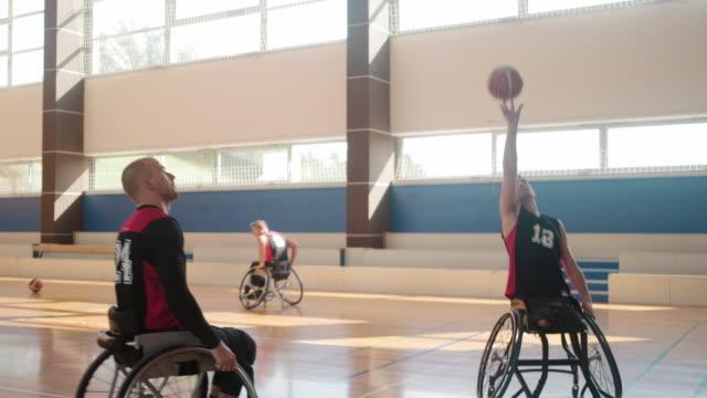 競技前にウォーミングアップする車椅子バスケットボールチーム - スポーツ バスケットボール点の映像素材/bロール