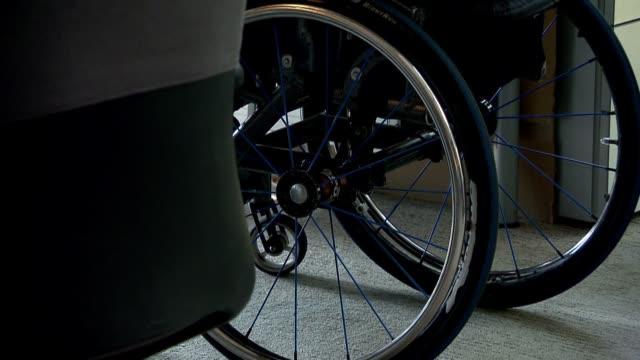 vidéos et rushes de wheelchair - chaise roulante