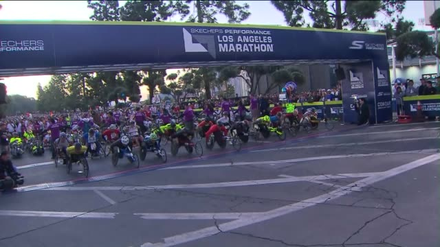 ktla wheelchairs start line at the los angeles marathon - 車いす点の映像素材/bロール