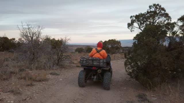 atv 4ウィーラービッグゲームハンティング西コロラド州の高砂漠高原 - 公園保安官点の映像素材/bロール