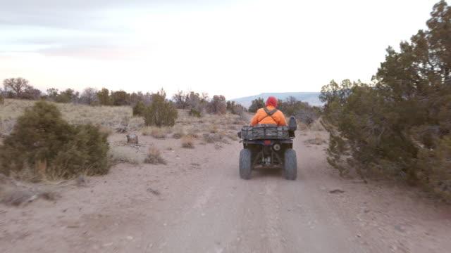 vidéos et rushes de vtt 4 wheeler big game hunting sur high desert plateau dans l'ouest du colorado - sports utility vehicle