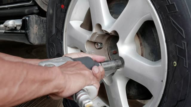 vídeos de stock, filmes e b-roll de rodas de carro - tyre