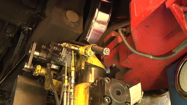 wheels lathe in the main workshop of the rhätische bahn - 操車場点の映像素材/bロール