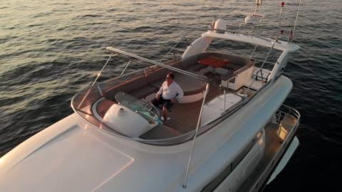 stockvideo's en b-roll-footage met wanneer een man komt graag een zeeleven, hij niet geschikt is om te leven op het land - overvloed