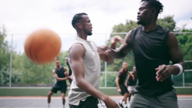 vídeos y material grabado en eventos de stock de cuando el baloncesto se convierte en una batalla - masculinidad