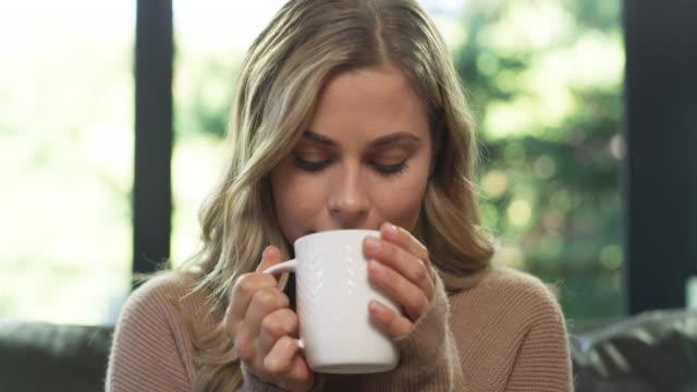 när jag behöver slappna av, kaffe gör det bäst - het dryck bildbanksvideor och videomaterial från bakom kulisserna