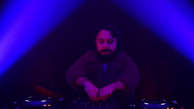 stockvideo's en b-roll-footage met als ik muziek speel ben ik in mijn eigen universum - club dj