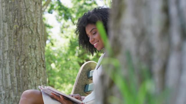 vidéos et rushes de quand il s'agit de divertissement, les livres font toujours l'affaire - brightly lit